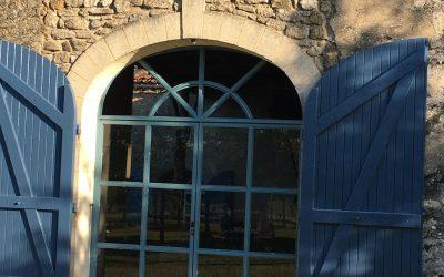 Porte en fer vers jardin d`une salle à manger d`été dans la région bordelaise